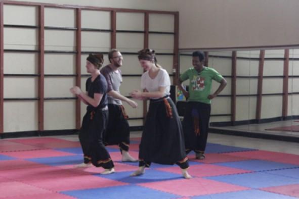 Mahasiswa Program Darmasiswa latihan seni randai di ISI Padang Panjang