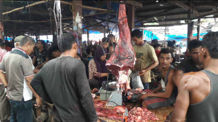 """Tradisi """"barantam"""" masih kental di tengah masarakat Agam, terutama menjelang lebaran. Menurut data sementara Dinas Pertanian Kabupaten Agam, kondisi Kamis (14/6/2018) siang, 399 ekor sapi dan kerbau dipotong secara"""