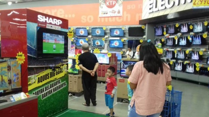 AQUOS Big Goal' di salah satu hyperstore yang berpartisipasi memungkinkan konsumen untuk bermain bola virtual
