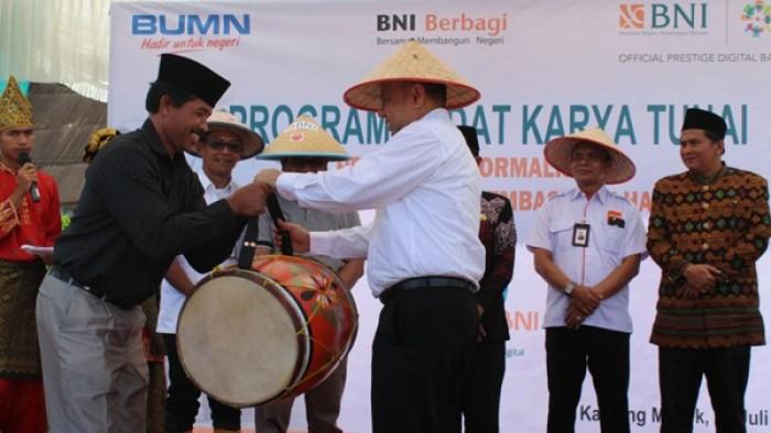 Penyerahan alat kesenian kepada warga dalam kegiatan PKT di Kamek.
