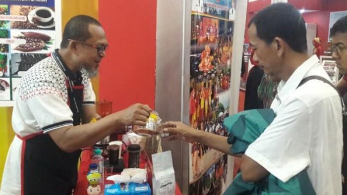Afif, petani sekaligus pemilik kopi Singgalang, menyatakan antusias pengunjung terhadap kopi arabika di luar perkiraannya.