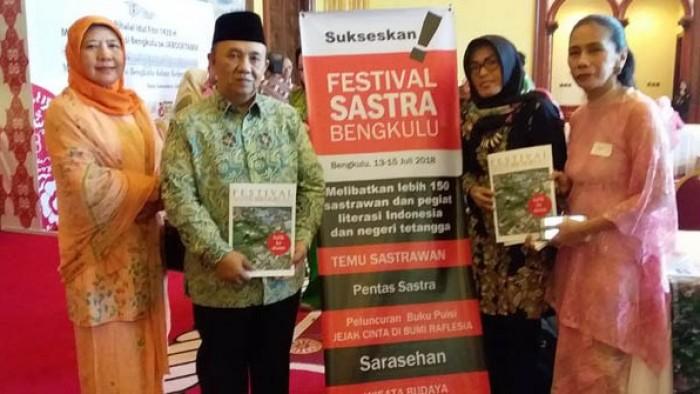 Sosialisasi Festival Sastra Bengkulu di Jakarta, pekan lalu. Foto: Sekda Pemprov Bengkulu Novian Andusti (berbaju batik) bersama isteri dan Ketua Panitia FSNB Willy Ana (hijab hitam).