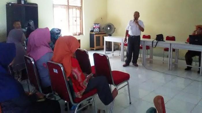 Kasi rehabilitasi BPBD Kota Pariaman Irsal sedang memberikan materi kepada peserta pelatihan konseling traumatik healing