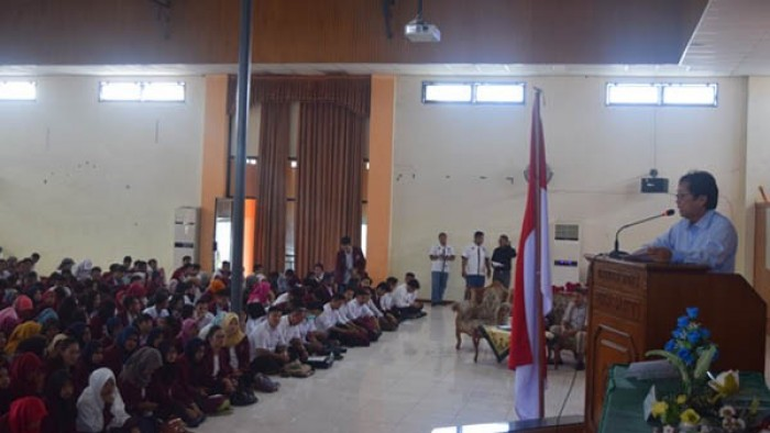 Wakil Rektor I Dr. Agussalim mewakili Rektor memberikan arahan pembekalan kepada 1.331 orang mahasiswa yang akan melaksanakan pengabdian kepada masyarakat, Sabtu (21/7/2018) di Auditorium Universitas tersebut.