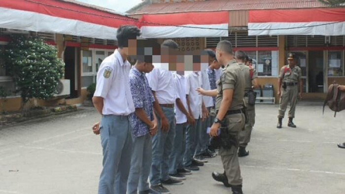 Sebanyak 12 pelajar terjaring dalam razia yang dilakukan Satpol PP Kota Padang. Mereka keluyuran saat jam sekolah. Satpol PP telah berulang kali menjaring pelajar bolos, tetapi kejadian serupa terus berulang. HUMAS