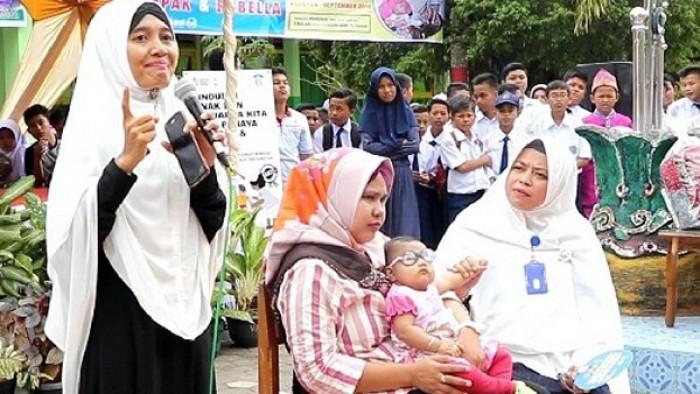 Fadhila (dipangkuan), bayi Rubella pada saat acara pencanganan Kampanye Imunisasi Campak dan Rubella (MR) di MTsN 1 Kota Pariaman