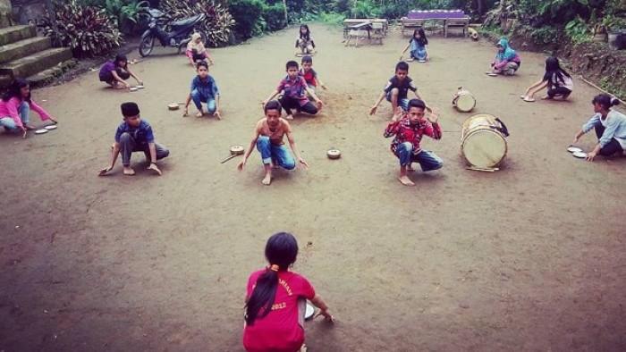 Anak-anak melakukan latihan tari hasil lokakarya yang digagas Yayasan Marsini Komunitas Budaya. Diharapkan agar anak-anak MKB Balingka dapat terinspirasi untuk lebih giat lagi mengasah potensi diri di dunia tari.(Dok MKB)