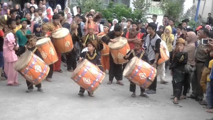 Penampilan salah satu grup tambua tansa dalam sebuah acara di Tanjung Raya.