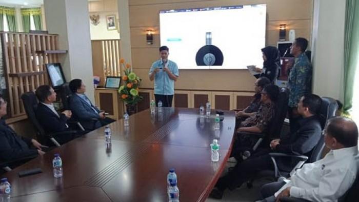 Kadis PMPTP Hendra Aswara ekspos kemudahan berinvestasi di Padang Pariaman dihadapan Investor Korea Selatan di Ruang Bupati di Parit Malintang, Kamis (2/8)