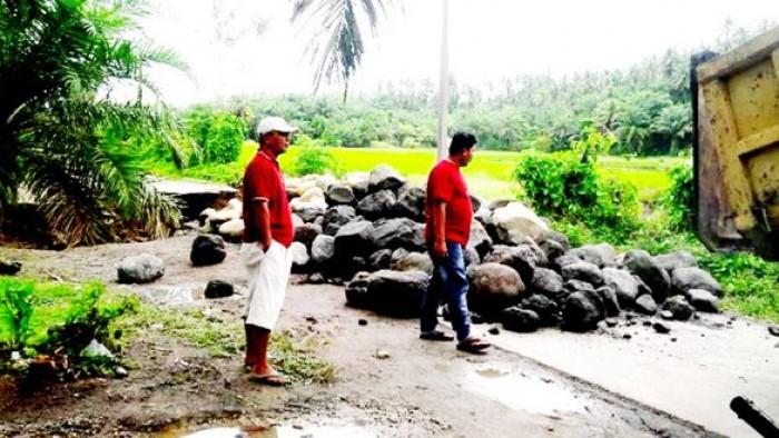 Jalan putus di Cacang Randah mulai diperbaiki.