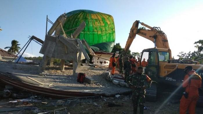 Evakuasi korban yang tertimpa masjid roboh di Desa Lading-Lading Kecamatan Tanjung Kabupaten Lombok Utara masih dilakukan.