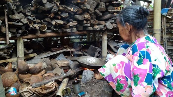 Sebagian warga Kecamatan XI Tarusan, Kabupaten Pesisir Selatan (Pessel), Sumatera Barat mulai beralih menggunakan tungku dan kompor (sumbu) untuk kebutuhan memasak sehari-hari karena, gas elpiji 3 kg sudah menghilang sejak dua hari belakangan ini.