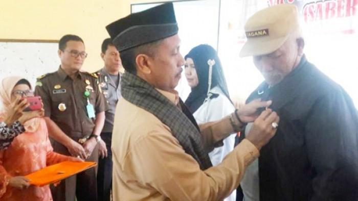Pemasangan tanda peserta sosialisasi pengetahuan seputar pencegahan dan penanganan pungli, Satuan Tugas Sapu Bersih Pungutan Liar (Saber Pungli) Kabupaten Agam.