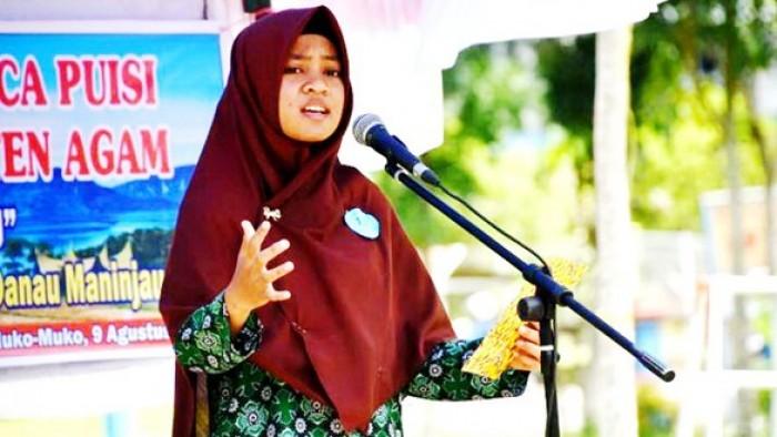 Salah seorang peserta sedang membacakan puisi bertema penyelematan Danau Maninjau