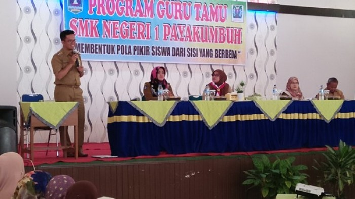 Wakil Wali Kota Payakumbuh, Erwin Yunaz, saat menjadi narasumber Program Guru Tamu SMK Negeri 1 Payakumbuh, Kecamatan Payakumbuh Barat, di aula sekolah setempat, Selasa (14/8/2018).
