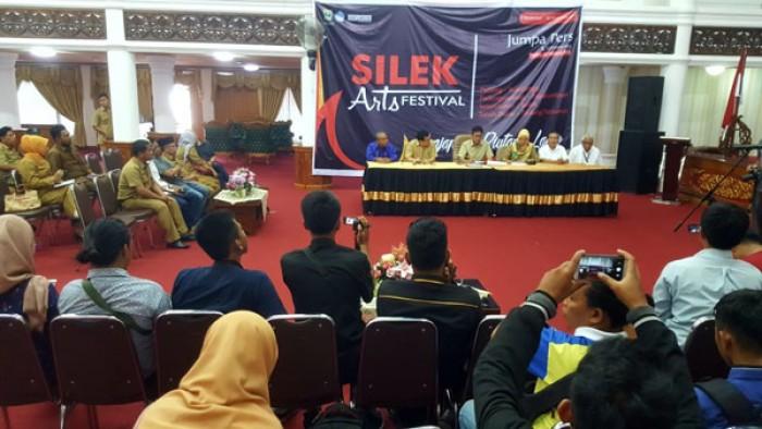 Gubernur Sumatera Barat Irwan Prayitno memberikan keterangan kepada wartawan sekalgus meluncurkan Silek Arts Festival (SAF) 2018, Selasa (21/8/2018) di Aula Kantor Gubernur.