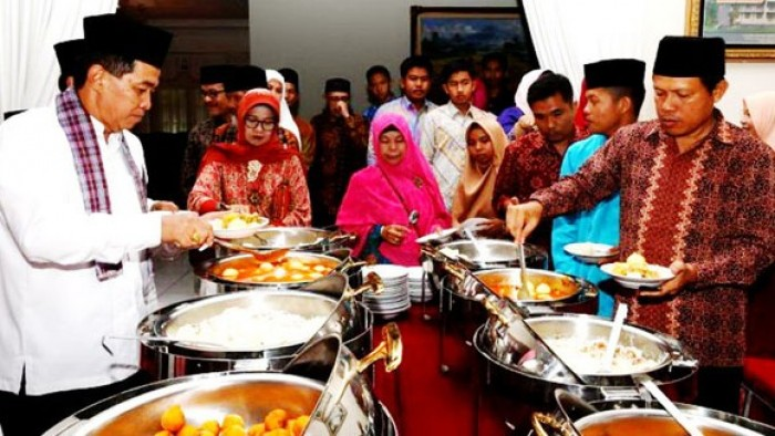 Begitu juga pada momen Iduladha tahun ini, Bupati Agam H. Indra Catri Dt. Malako Nan Puitiah dan keluarga menggelar open house usai salat Iduladha, Rabu (22/8/2018), di rumah dinasnya.