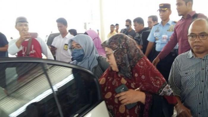 Kedatangan Neno Warisman (pakai masker) di Bandara SSK II Pekanbaru, Riau, langsung masuk ke mobil yang dikawal pihak kepolisian dan TNI, Sabtu (25/8/2018).(Kompas.com/Idon Tanjung)  Artikel ini telah tayang di Kompas.com dengan judul