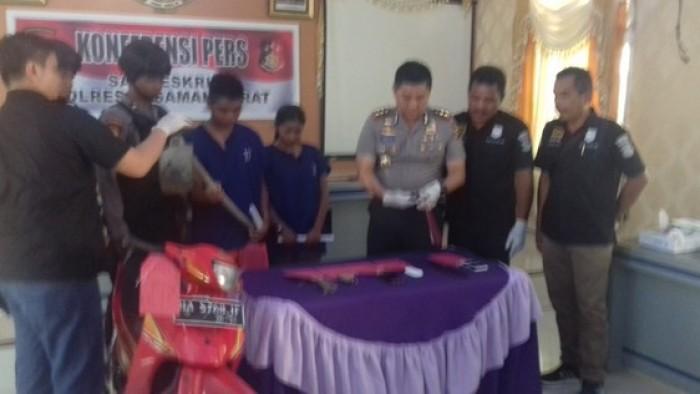 Kapolres Pasbar AKBP Iman Pribadi Santoso, Kasat Reskrim bersama tersangka dan barang bukti  di Mapolres Pasbar. (Sutanjunir)