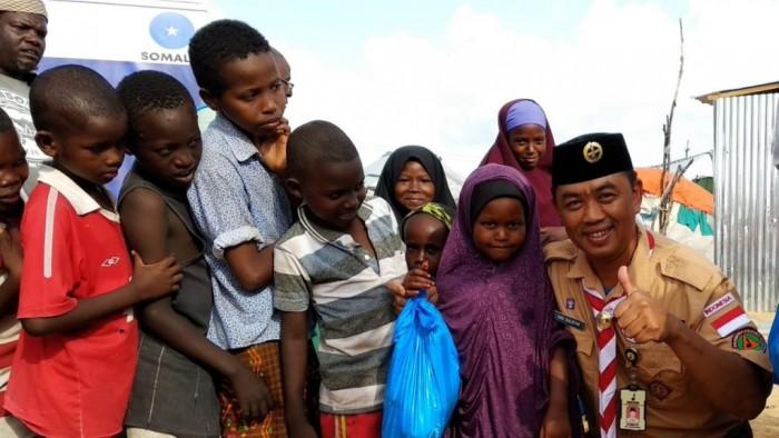Senyum tersimpul di wajah anak-anak pengungsi Somalia saat bertemu relawan Pramuka, Eko Sulistio