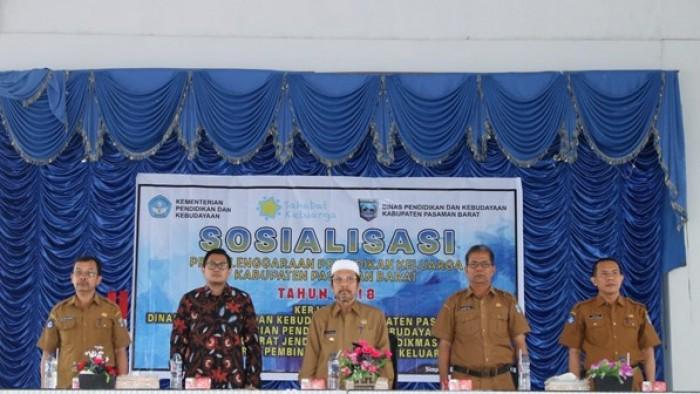 Pemerintah Kabupaten (Pemkab) Pasaman Barat (Pasbar) menggelar sosialisasi penyelenggaraan pendidikan keluarga di gedung Balerong, Simpang Empat, Selasa (28/8/2018).