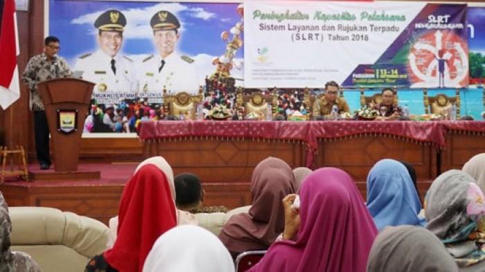 Kadis Sosial Kota Pariaman, Afnil ketika memberikan sambutan pada acara bimtek SLRT
