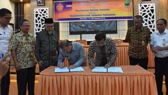 Bupati Padang Pariaman Ali Mukhni lakukan kerja sama peningkatan pendidikan warga Padang Pariaman dengan Politeknik Negeri Padang (PNP) melalui penandatangan MoU, Rabu (12/9/2018) di Aula PNP di Gedung C.