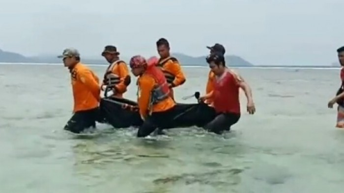 Jenazah Ryan Ismen dievakuasi Basarnas Padang. Ia diduga terpeleset saat hendak buang air besar (BAB) hingga jatuh ke dalam laut, Minggu (30/9/2018)