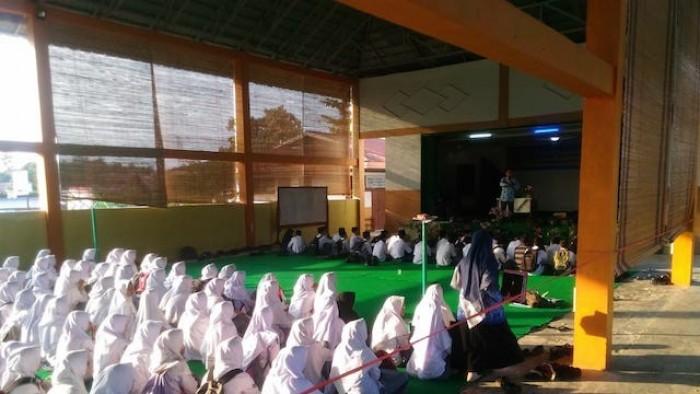 Sebanyak 97 siswa di Kabupaten Sijunjung selama 7 hari ke depan akan mengikuti kegiatan Daurah Tahfidz. Pembukaan kegiatan menghafal Alquran ini, dimulai Senin (1/10/2018) usai upacara peringatan Hari Kesaktian Pancasila di SMA Negeri 1 Sijunjung. (Foto VIO)