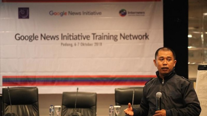 Hendra Makmur, trainer dalam 'Google News Initiative Network' yang digelar oleh Aliansi Jurnalis Independen (AJI) bersama Google dan Internews di Hotel Pangeran Beach Padang (Foto MomenRancak)