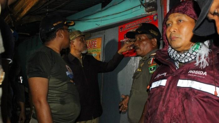Wali Kota Padang Mahyeldi bersama jajaran TNI/Polri dan Satpol PP menyegel 7 tempat hiburan malam di kawasan Bukit Lampu yang diduga menjadi lokasi prostitusi terselubung dan tak mengantongi izin. FOTO HUMAS