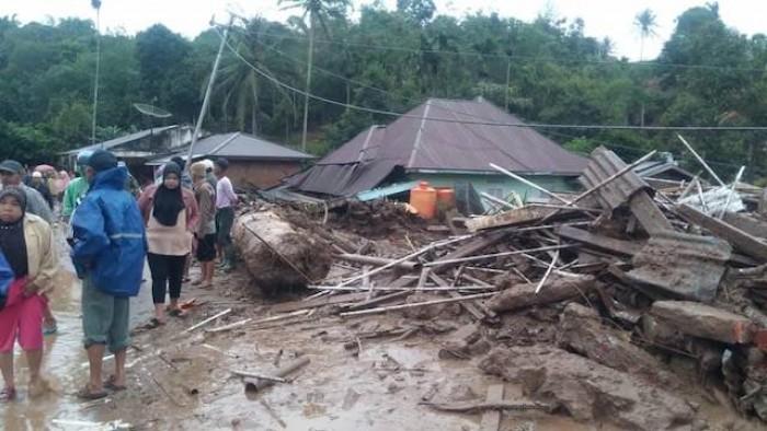 Nagari Tanjung Bonai, Kecamatan Lintau Buo, Kabupaten Tanah Datar dilaporkan sebanyak empat orang masih belum ditemukan dan dua orang meninggal dunia. Banjir dan longsor disebabkan oleh hujan lebat yang mengguyur beberapa hari terakhir (Foto MKN)