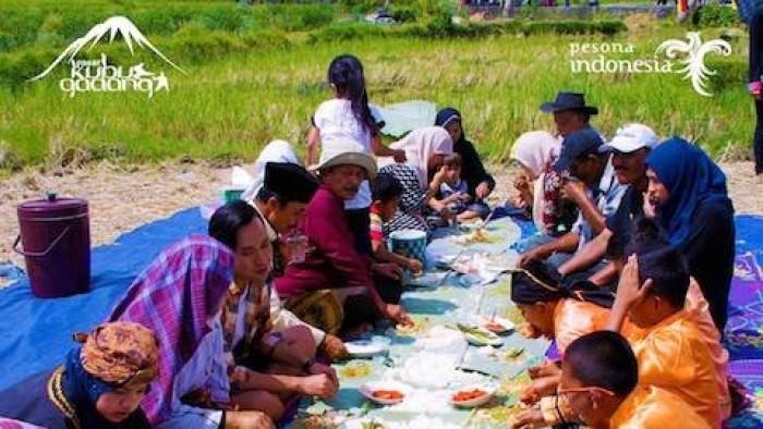 Makan bersama di lahan persawahan di Desa Wisata Kubu Gadang