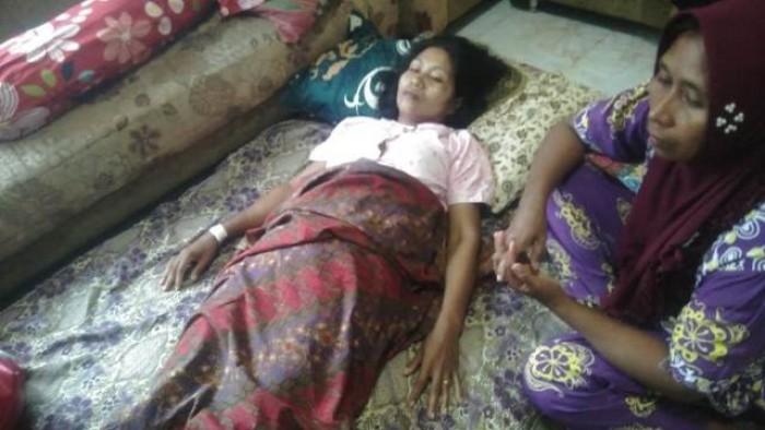 Nurmailis (41), korban ditusuk suaminya Syamsuardi (46) dengan sebilah pisau saat pulang mengajar, Selasa (6/11/2018) pukul 13.00 di Kampung Koto Pandan Nagari Inderapura Timur, Kecamatan Airpura, Kabupaten Pesisir Selatan (Pessel).