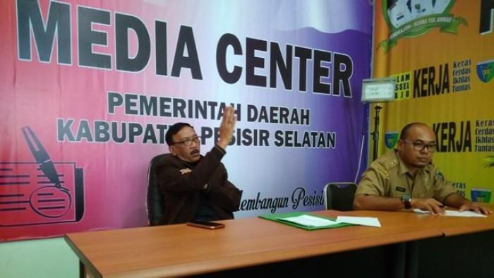 Bupati Pessel Hendrajoni memberikan keterang di Media Center Kabupaten Pesisir Selatan terkait maraknya isu dan perilaku LGBT. Bupati meminta Kesbangpol dan Satpol-PP mengantisipasinya