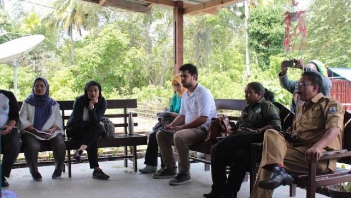 Rombongan dari Kementerian Desa, Pembangunan Daerah Tertinggal, dan Transmigrasi (Kemendes PDTT) dan International Fund  for Agricultural Development (IFAD) berdiskusi dengan masyarakat