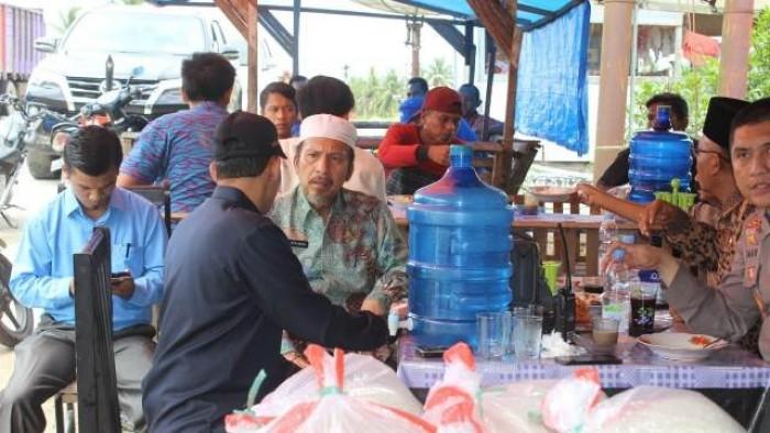 Bupati Syahiran beserta Ny. Yunisra Syahiran dan Wabup Yulianto beserta Ny. Sifrowati Yulianto mengunjungi korban banjir
