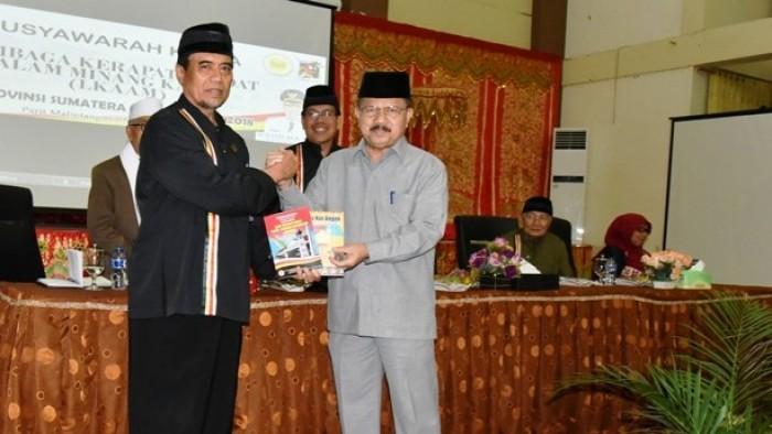 Bupati Ali Mukhni di hadapan peserta Rapat Kerja LKAAM se-Sumatera Barat, bertempat di Aula Kantor Bupati Padang Pariaman di Nagari Parit Malintang, Selasa (13/11/2018).